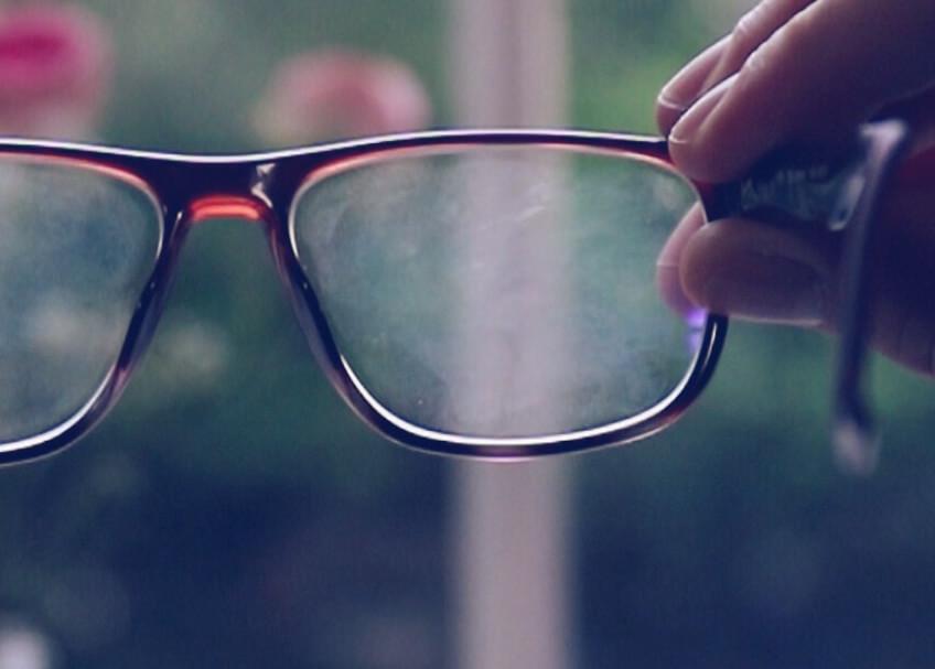 36b53857a Qual é a maneira correta de limpar e tratar os seus óculos?